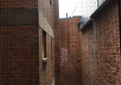 filet anti pigeons sur un balcon